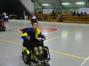 """Il giovane """"rampante"""" Baidi sulla carrozzina donata dallo sponsor DisabiliAbili"""